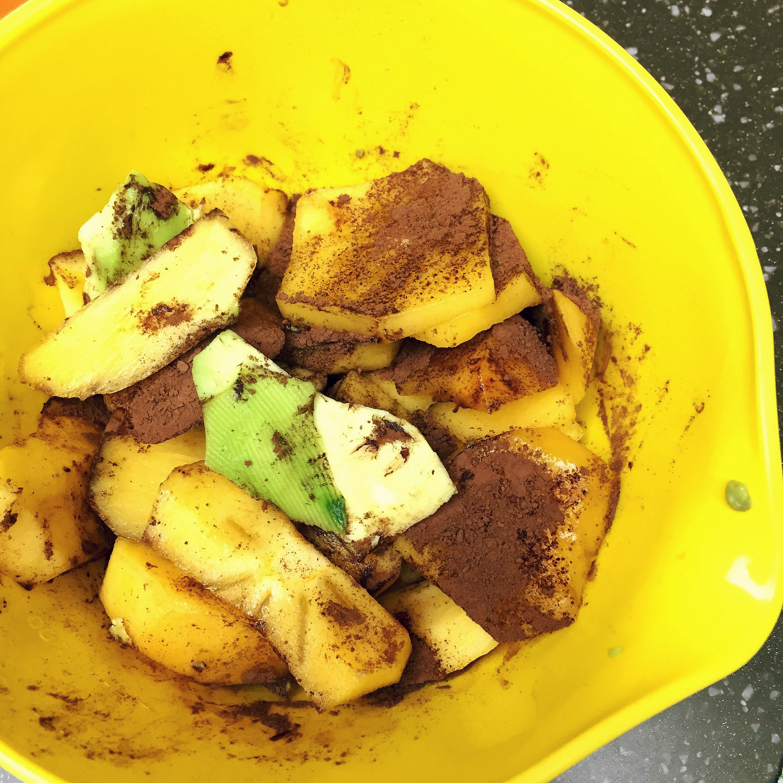 Se ia un avocado bine copt, 5 curmale și o lingură de cacao. Se mixează în blender. Se pune în congelator pentru cîteva ore sau se consumă în stare proaspătă, semi-lichidă, unsă pe biscuite sau direct cu lingurița din farfurie.