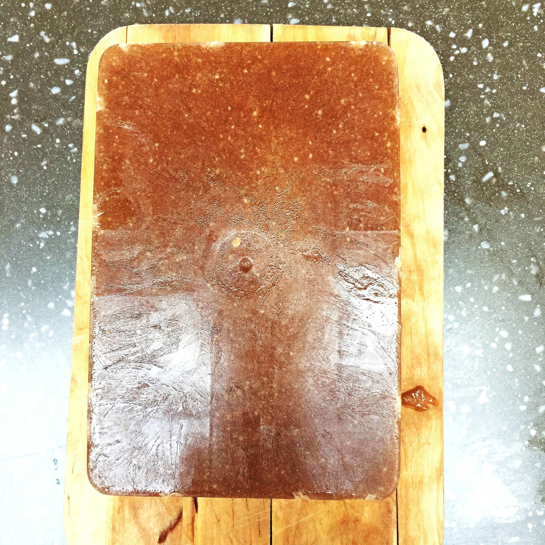 Crema obținută în urma fructelor mixate am pus-o într-un recipient cu formă dreptunghiulară și am dat-o la rece. Peste circa două ore am scos-o ușor din vas și am început procesul de ornare.