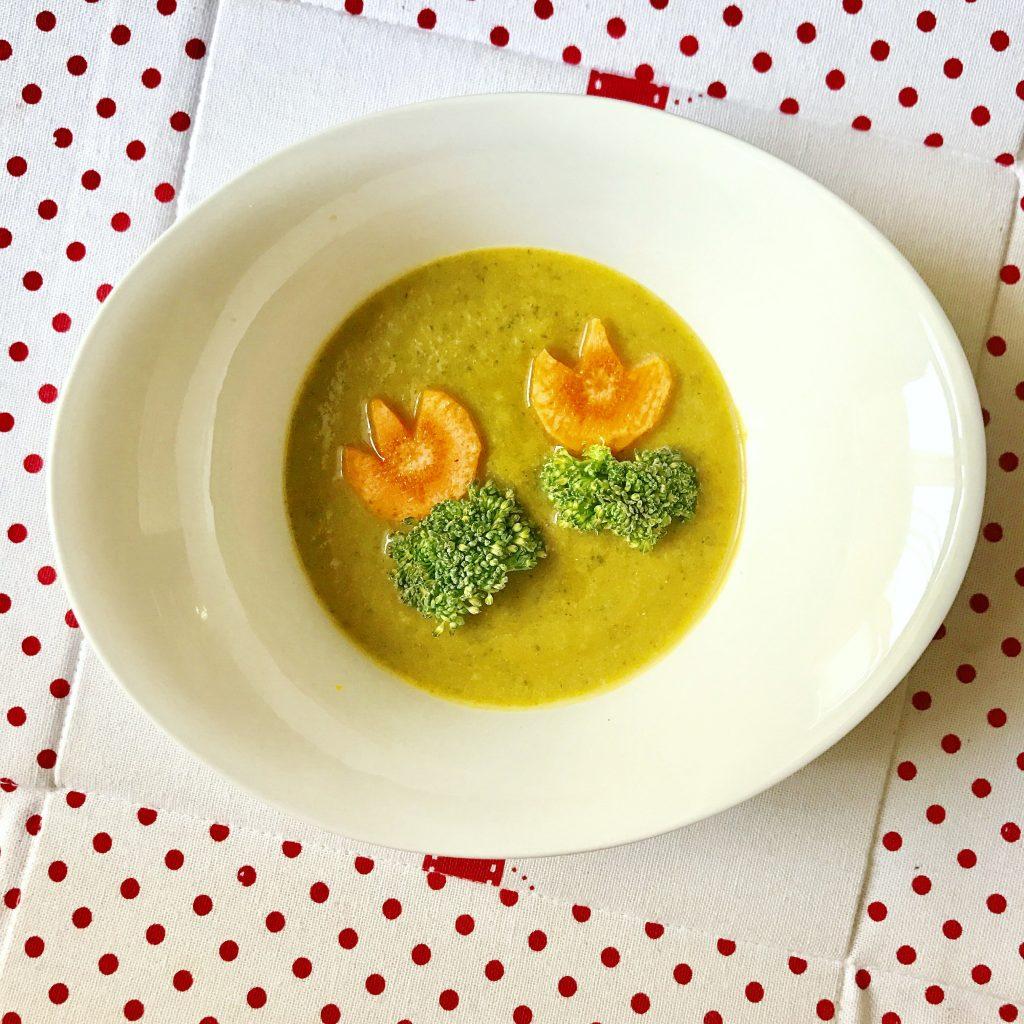Supă cremă de broccoli. 500 g broccoli, 1 morcov, 3 cartofi, 1 ceapă sau câteva fire ceapă verde, un cățel de usturoi, toate tăiate cubulețe se pun la fiert. După ce au fiert, le mixăm în blender împreună cu puțin ulei și sare. Adăugăm la final lapte, în dependență de cât de lichidă dorim sa fie compoziția.