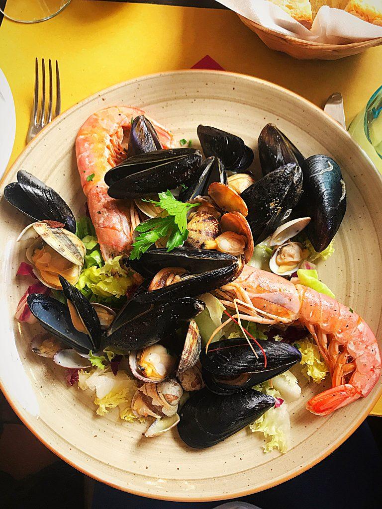 Salată de produse de mare: frunze de salată tăiate mărunt, un fir de pătrunjel (pentru decor), și multe-multe scoici + 2 creveți. Toate cu un gust foarte proaspăt, intens și aromat.