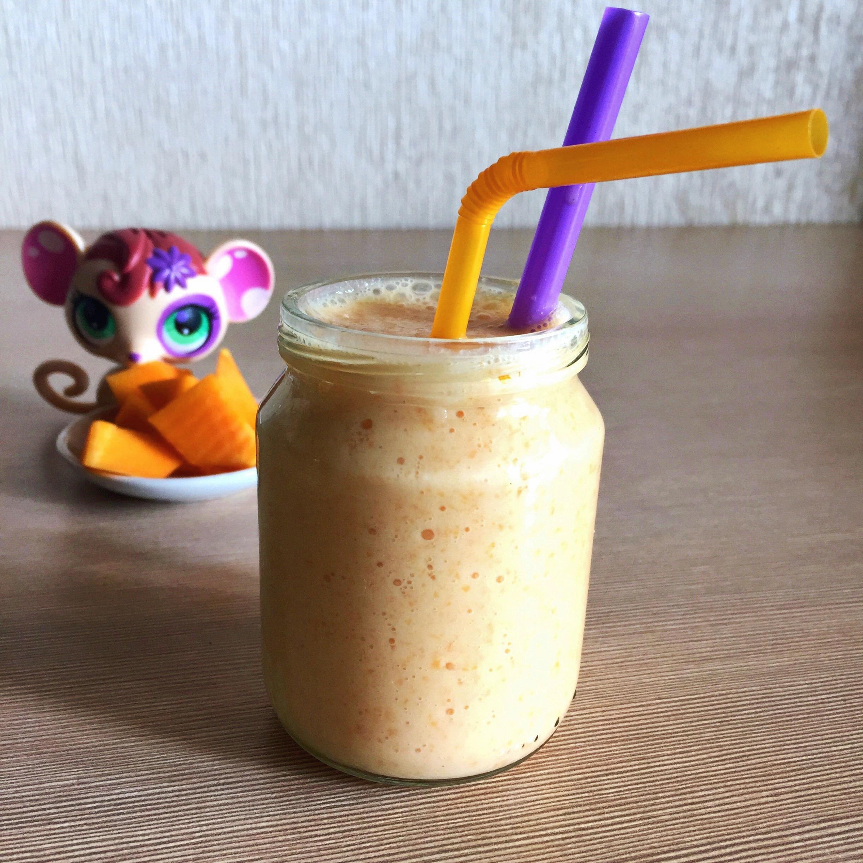 Banană, dovleac, iaurt și puțin mai mult măr. Toate mixate în blender.