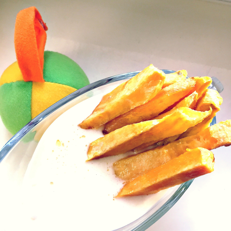 Batatas lîngă o jucărie de pluș
