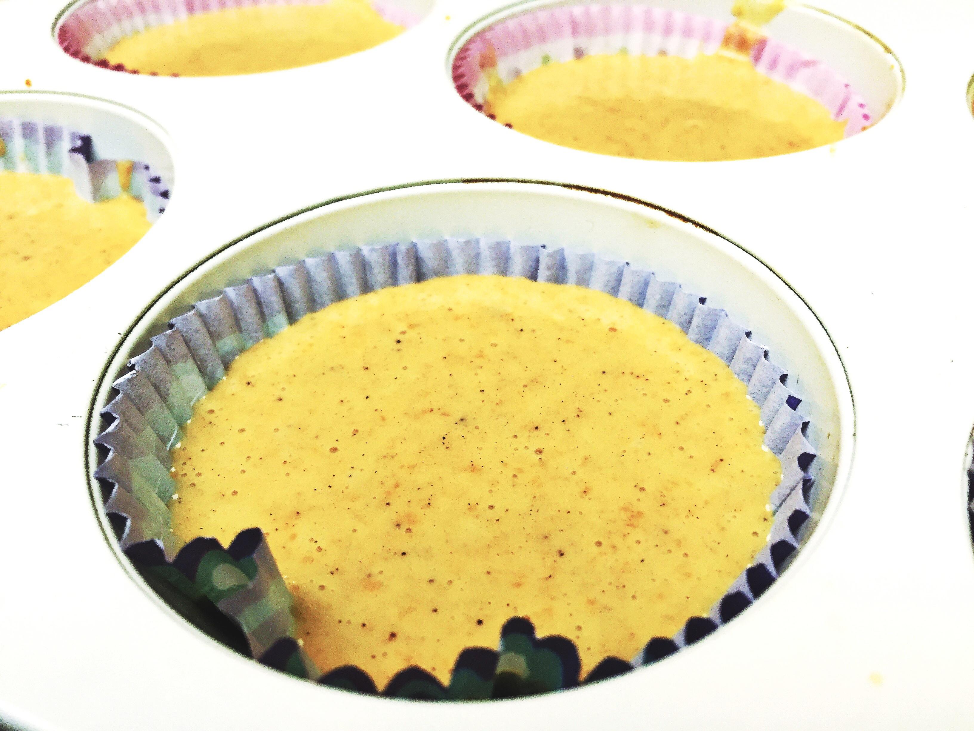 Într-un bol am pus 250g de făină, cîte o linguriță de bicarbonat de sodiu și scorțișoară + 100g zahăr brun și jum. de linguriță de sare. În alt vas am amestecat 2 ouă cu 120 ml de ulei de floarea soarelui, 80 ml lapte și 250g dovleac copt + 1 linguriță de esență de vanilie. Am mixat apoi toate îngredientele și le-am pus la copt pentru 15-17 min. la 180 de grade.